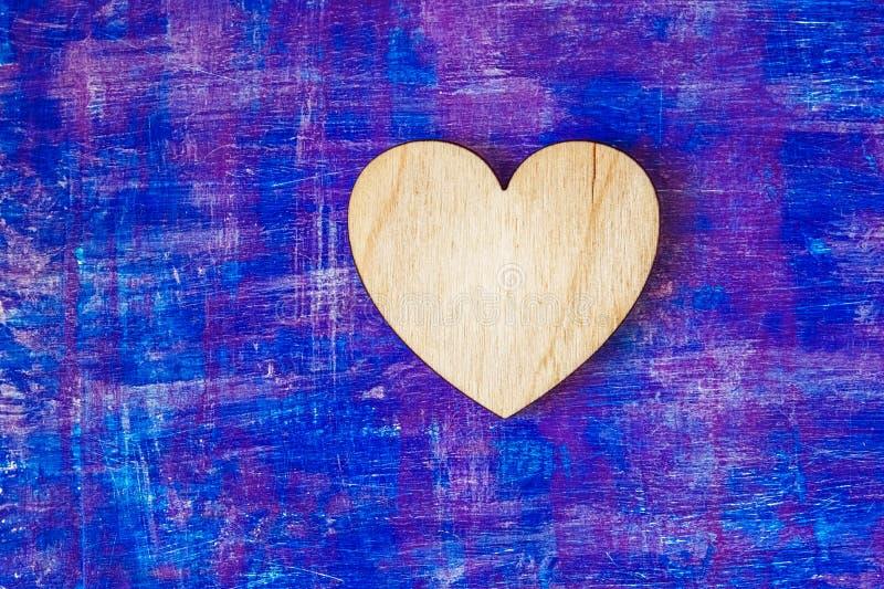 Le coeur en bois sur le lilas abstrait a peint les courses en bois de witn de mur images libres de droits