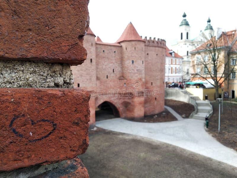 Le coeur est sur le mur de briques, aiment de vieilles villes le château est près des bâtiments modernes centre historique dans l photos libres de droits