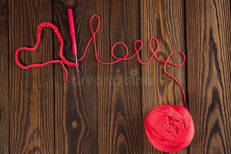 Le coeur et le mot aiment, le concept de la Saint-Valentin, CCB en bois photos libres de droits