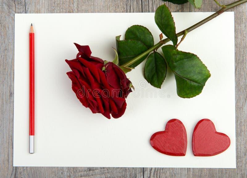 Le coeur et a monté avec le crayon rouge pour la Saint-Valentin photo stock