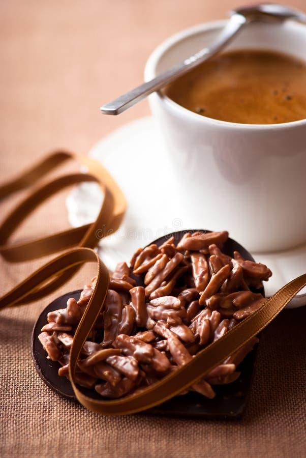 Le coeur et une cuvette du valentine de chocolat de café express photos stock