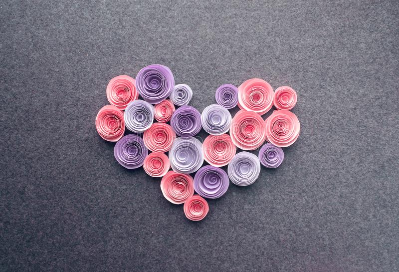 Le coeur fait main de fleurs de papier sur l'obscurité a senti le fond Beau photos libres de droits