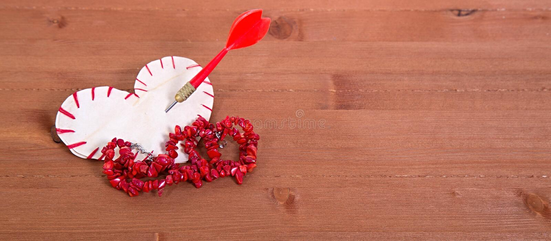 Le coeur qui est coupé du papier, cousu par un fil rouge et images libres de droits