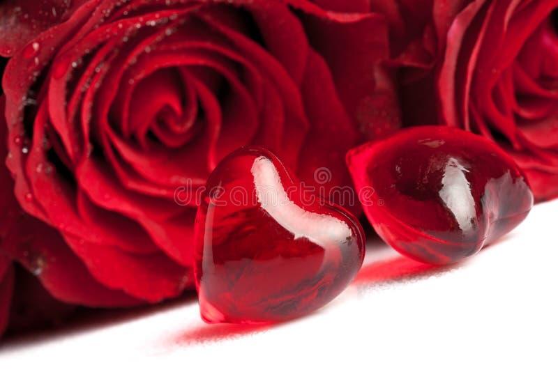 Le coeur rouge avec Rose fleurit, foyer sur le premier plan photographie stock
