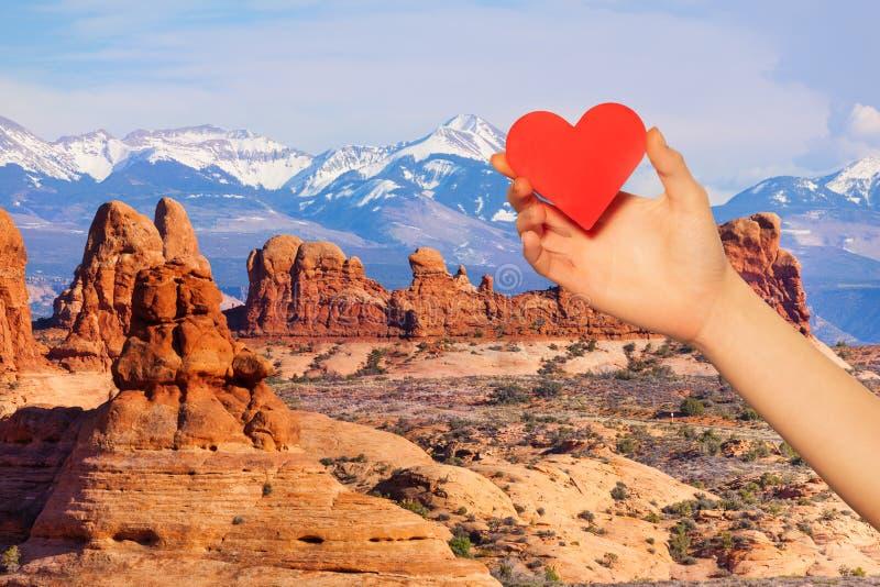 Le coeur rouge de prise de main au-dessus de Mt Waas et voûtes se garent photo stock