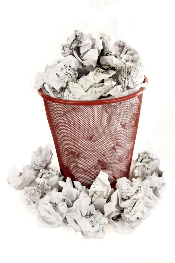 Le coffre de détritus est rempli de perte de papier image libre de droits