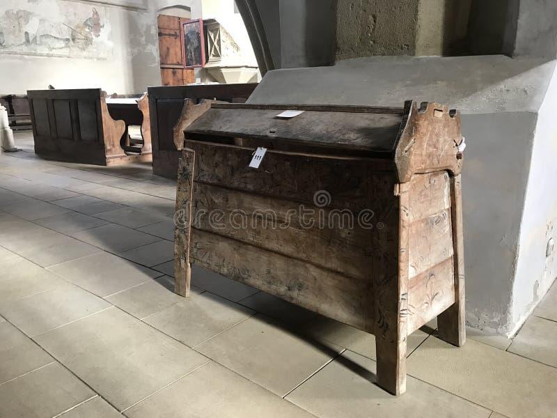 Le coffre se tient près de l'escalier dans l'église de l'affaire Saint-Nicolas dans le château dans la vieille ville Ville de Sig photographie stock