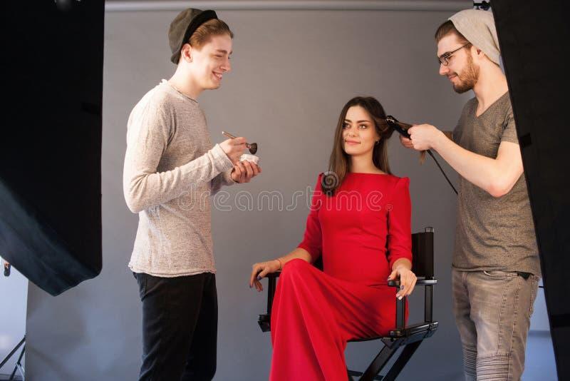 Le coiffeur et l'artiste de maquillage travaillent ensemble photos libres de droits