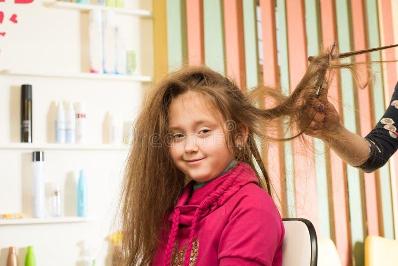 Le coiffeur fait la fille de coiffure photos libres de droits