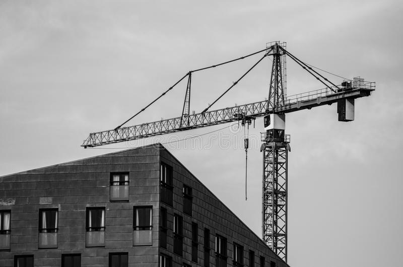 Le coin de la maison et de la grue de construction image stock