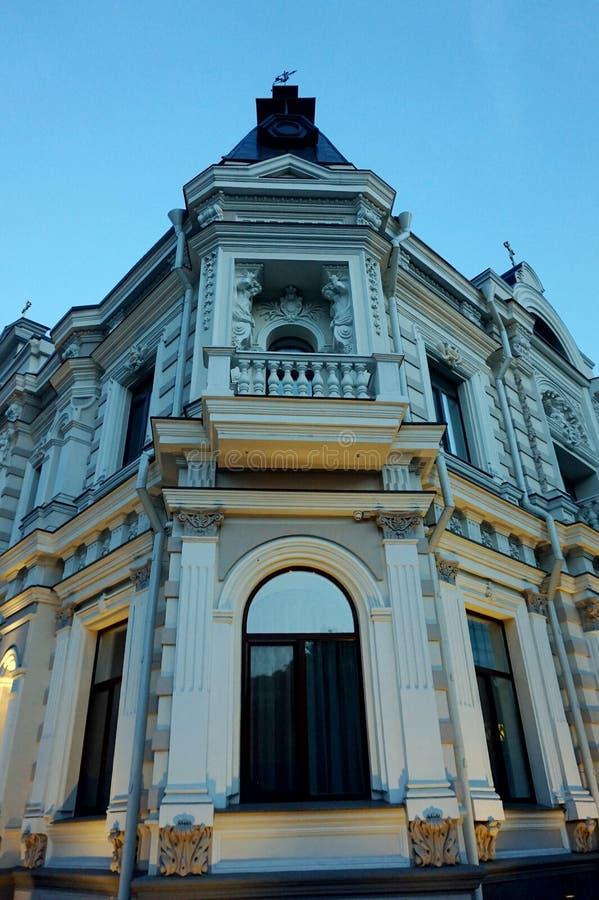 Le coin du bâtiment antique donnant sur l'intersection Beau deuxième plancher images libres de droits