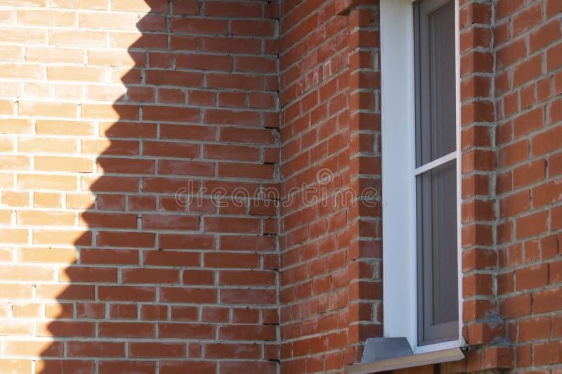 Le coin intérieur d'un immeuble de brique photo stock