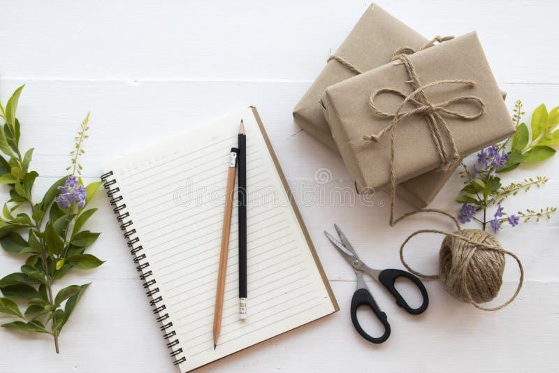 Le colis de paquet de boîte préparer envoient au client photos stock