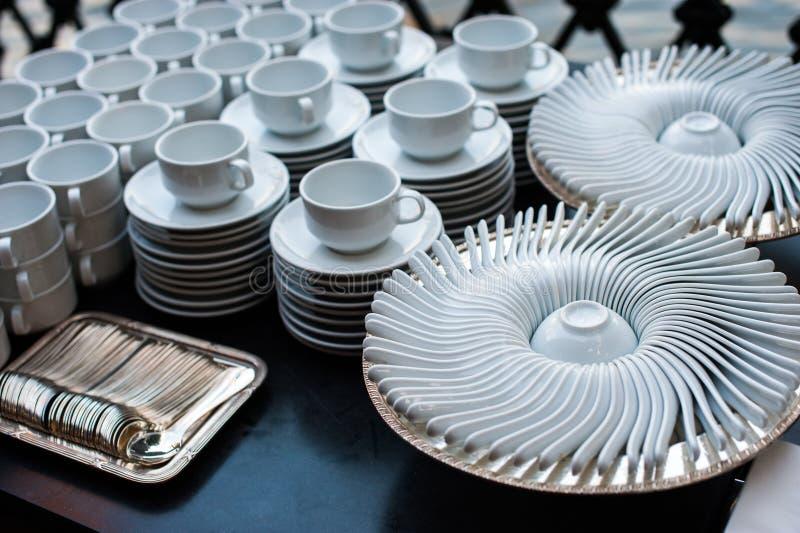 Le collage de la vaisselle de cuisine blanche incluent les cuvettes et la cuillère de plats photographie stock