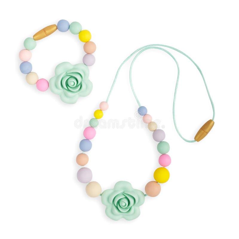 Le collier de dentition de bébé, le collier de mère de soins de perles et les enfants jouent photos stock