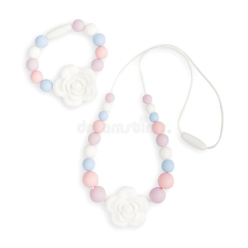 Le collier de dentition de bébé, le collier de mère de soins de perles et les enfants jouent images stock