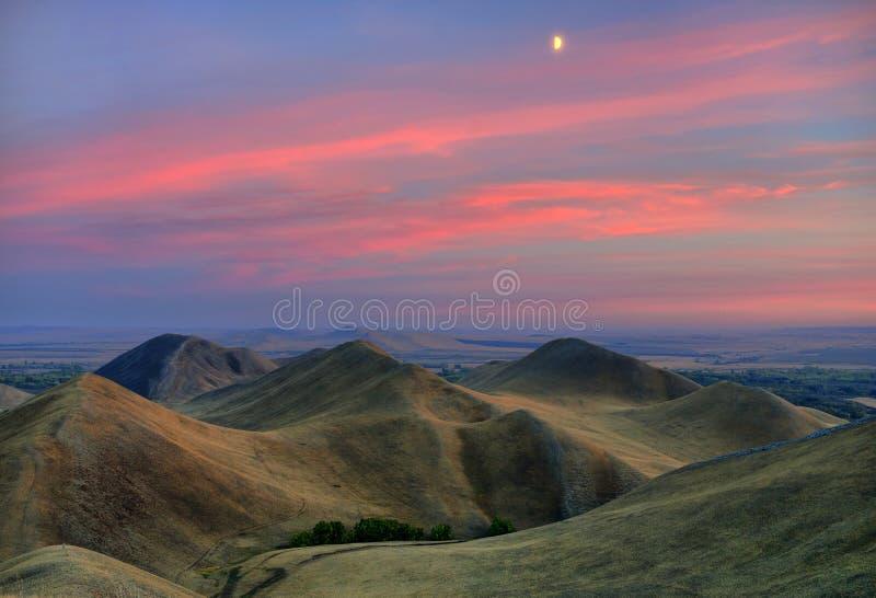 Le colline di autunno nel gloaming. fotografia stock