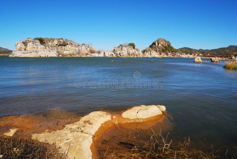 Le colline rocciose dal lago immagini stock