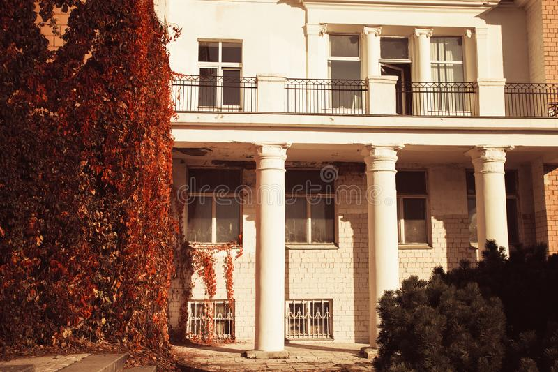 Le colonne del balcone proteggono il fogliame riccio luminoso, tempo soleggiato di bellezza naturale di autunno fotografie stock libere da diritti