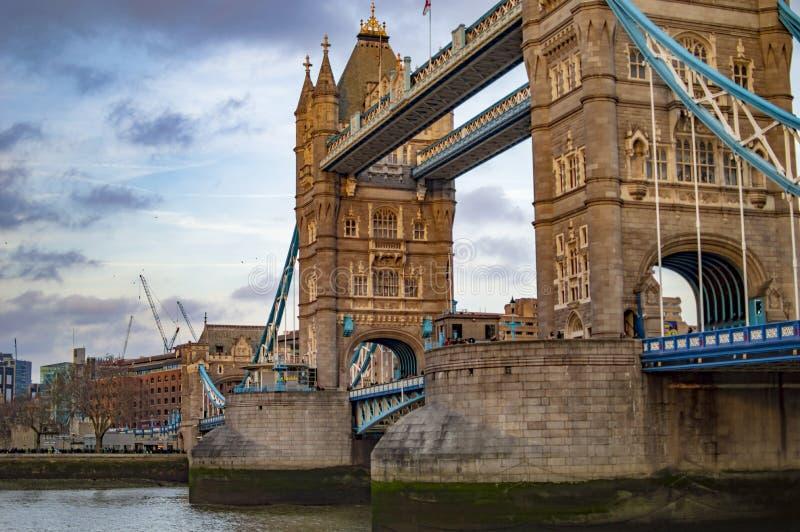 Le colonne del ponte della torre di Londra nel Regno Unito immagini stock
