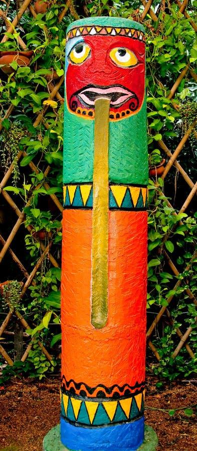Le coloré du pôle de totem image stock