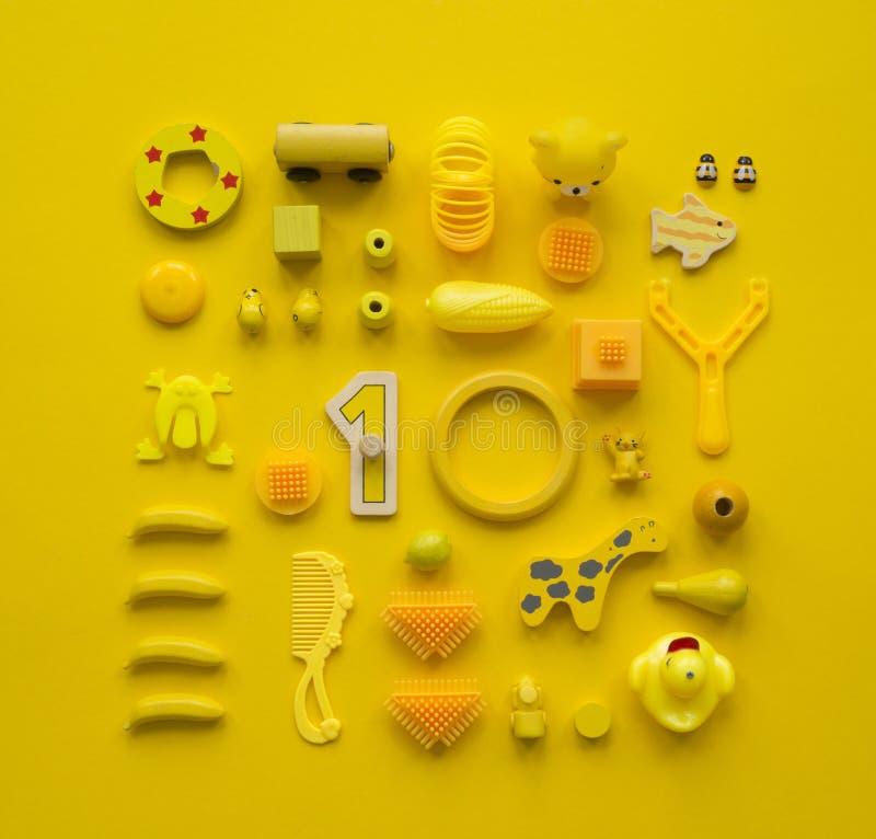 Le ` coloré s d'enfants joue sur un fond lumineux photographie stock libre de droits