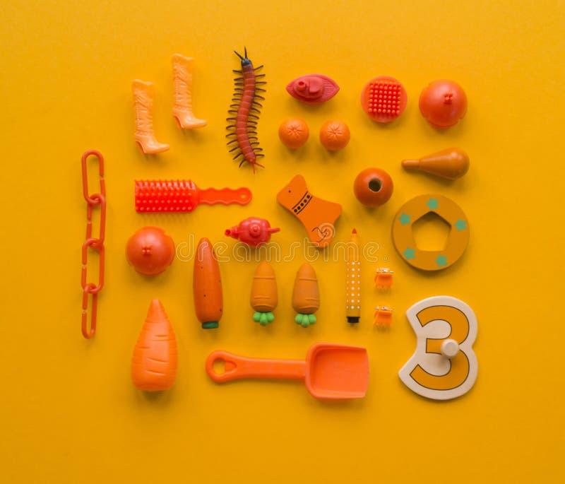 Le ` coloré s d'enfants joue sur un fond lumineux photo libre de droits