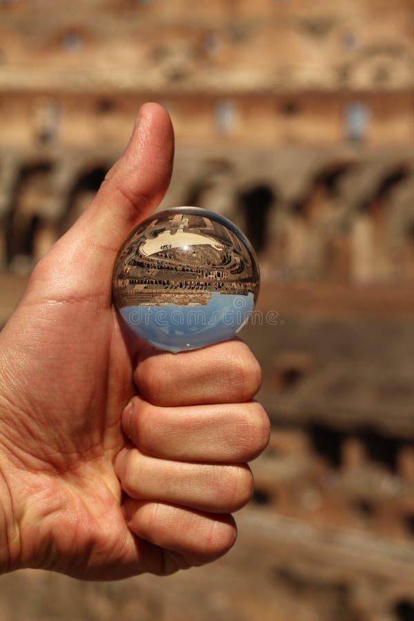 Le coloseo dans une sphère minuscule photos libres de droits