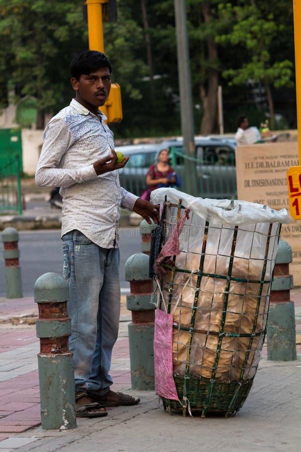 Le colporteur attend le client au bord de la route photos stock