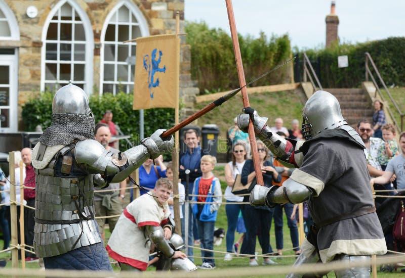 Le combattant de combat dans l'armure de corps médiévale heurte son ` opposé s nous photo stock