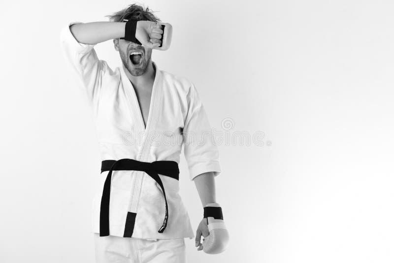 Le combattant de Muttahida Majlis-e-Amal avec le corps fort pratique des arts martiaux Le type pose dans le kimono blanc portant  images stock