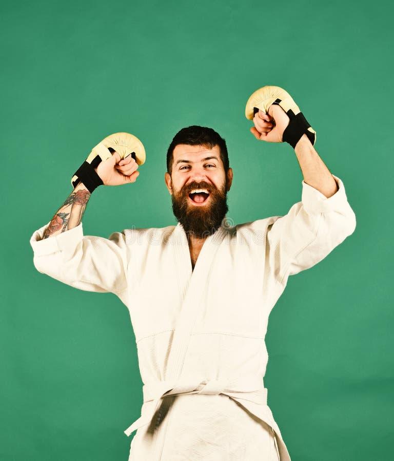 Le combattant de Muttahida Majlis-e-Amal gagne la concurrence d'arts martiaux Sports et concept de combat Homme avec le visage de image stock