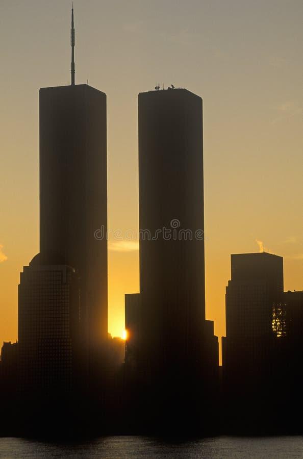 Le commerce mondial domine au lever de soleil, New York City, NY image stock