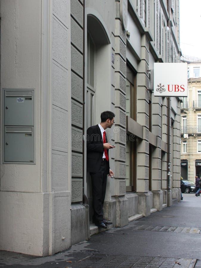 Le commis de bureau est sorti pour fumer photographie stock libre de droits