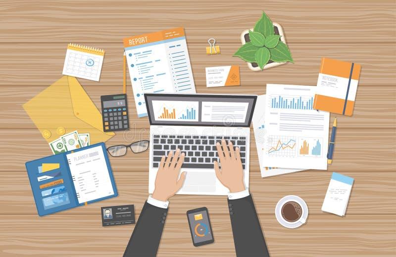 Le commissaire aux comptes d'homme d'affaires travaille sur un ordinateur portable Équipez les mains du ` s avec des documents, r illustration libre de droits