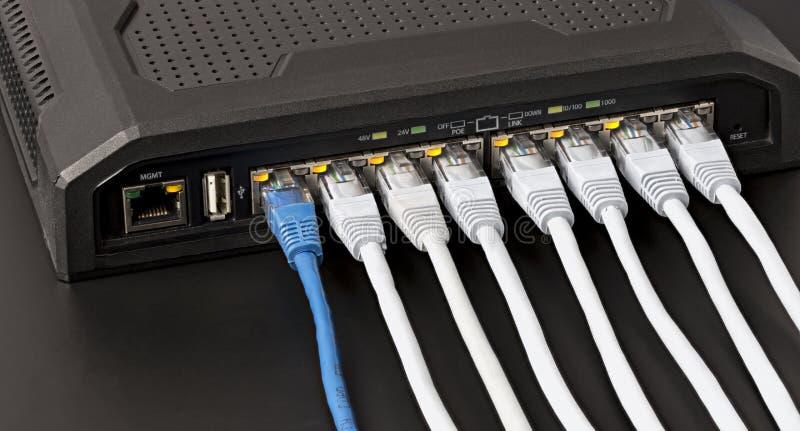 Le commutateur contrôlé de LAN avec la puissance 10 au-dessus du gigabit d'Ethernet met en communication photographie stock libre de droits