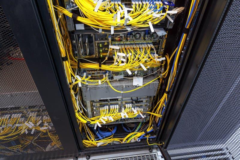 Le commutateur de réseau supérieur de LAN de vue de côté et les câbles d'Ethernet se relient à l'ordinateur géant image libre de droits