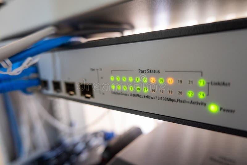 Le commutateur de r?seau LED montrent en ligne le vert et le statut orange image libre de droits