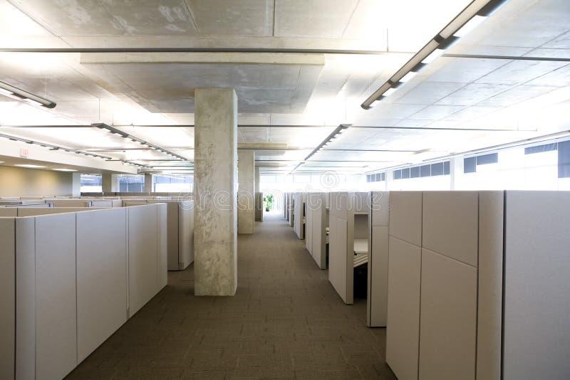Le compartiment a installé dans une configuration propre moderne de bureau. photographie stock libre de droits