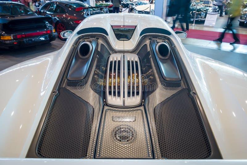Le compartiment réacteur d'une voiture de sport hybride embrochable mi-à moteur Porsche 918 Spyder, 2015 image stock