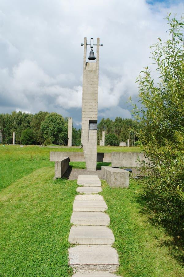 Le complexe commémoratif de Khatyn est un monument aux centaines de villages biélorusses brûlés par des fascistes pendant la gran images stock