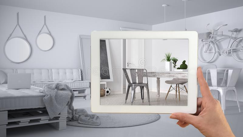 Le comprimé de participation de main, application de l'AR, simulent des meubles et des produits de conception intérieure dans la  photo libre de droits