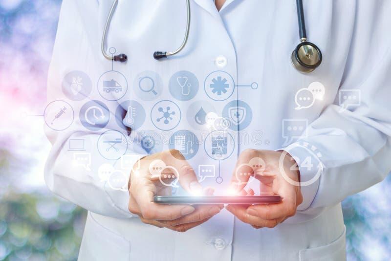 Le comprimé du ` s de docteur gagne la prescription dans la correspondance photos stock