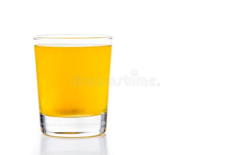 Le comprimé effervescent de vitamine C bouillonne en verre de l'eau photographie stock libre de droits