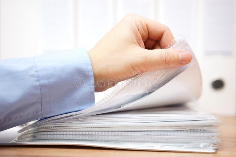 Le comptable passe en revue les factures et la documentation image stock