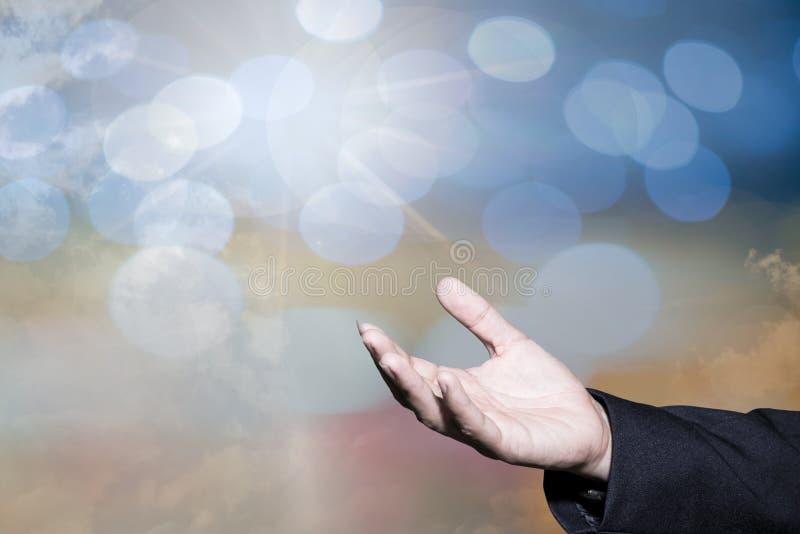 Le concept adorant de Dieu, les gens ouvrent les mains vides avec des paumes  images stock