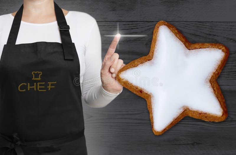 Le concept d'étoile de cannelle est montré par le chef photos libres de droits