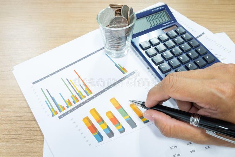 Le concept d'affaires de l'homme d'affaires utilise une calculatrice pour calculer photographie stock libre de droits