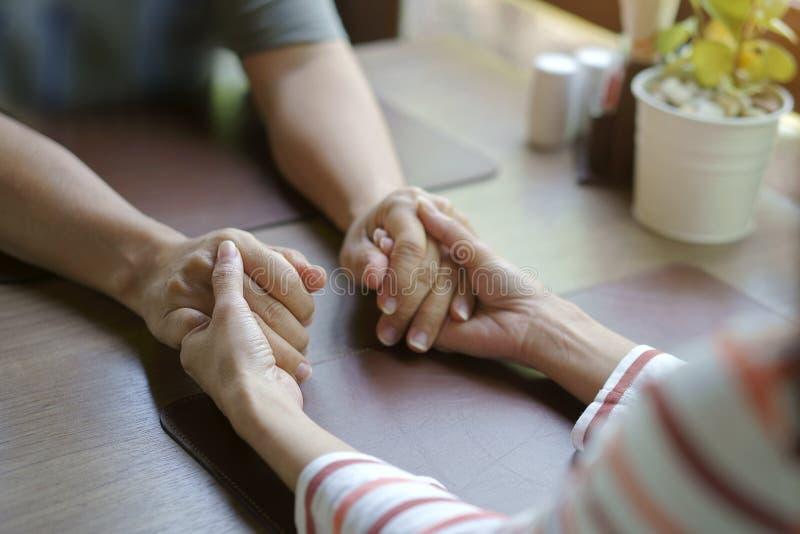 Le concept d'amour, étroitement, femme et homme tenant des mains font attention à images libres de droits