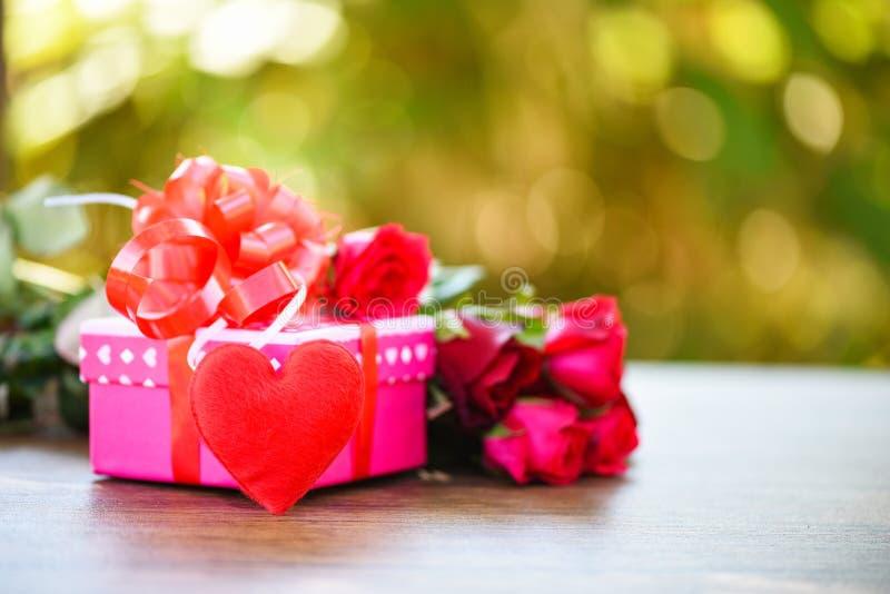 Le concept d'amour de fleur de boîte-cadeau de jour de valentines/boîte-cadeau rose avec les roses rouges d'arc de ruban fleuriss photo libre de droits